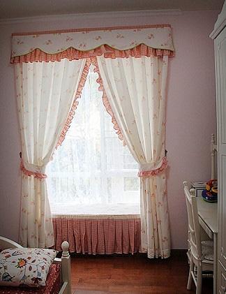 女儿的闺房,房间的布局做了些改造,安上窗帘后,窗子显得宽了很多。