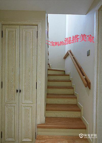 我们家收纳的地方不是很多。所以楼梯下的空间我们也没浪费,做了个储藏室,放些杂七杂八的东西也不错啊。