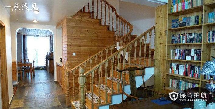 白橡木楼梯是U型的,分三段。储藏室的门做在楼梯间,隐型的,各位看得出吗?