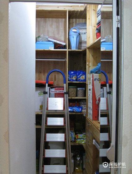大大的一个储藏室,客厅电视墙隔出来的,真是太有用了。