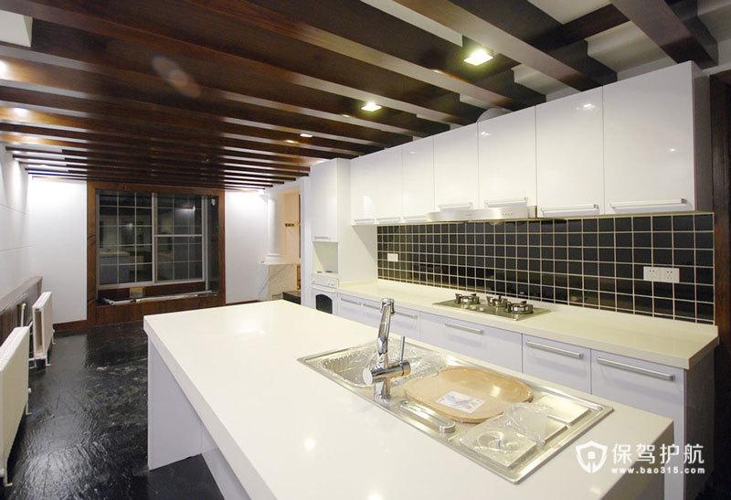记得当年装修不懂得珍惜老物件,这次要修旧如旧,也把原先小小的封闭的厨房变成开放厨房适合外国家庭的生活习惯。