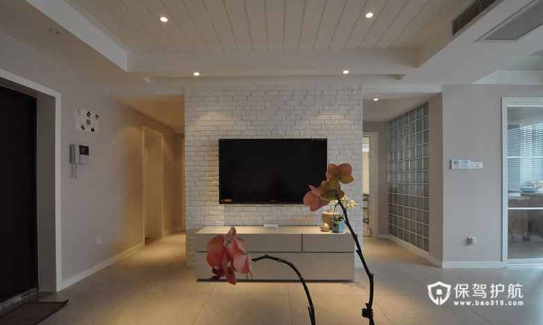 电视机两边就是分别去两个卧室内,电视后面和两个过道之间就做出了很多储藏空间,一个储藏室和一排大储藏柜。