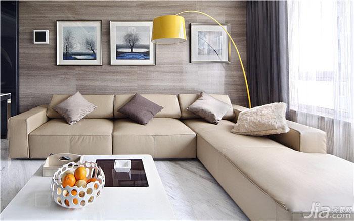 沙发区正面照,既温暖又时尚,嫩黄的落地灯非常亮眼。