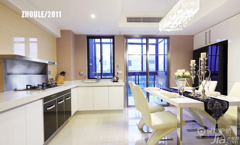 开放式厨房+餐厅,低调而浪漫,冰箱和嵌入式家电都用了镜面效果。