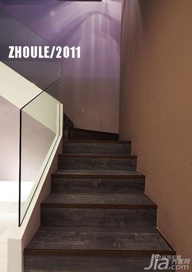 通往楼上的楼梯。无框玻璃扶手,简约但不简单。