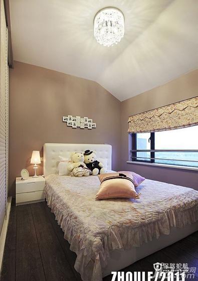次卧。淡淡的粉色调,点点的小碎花,充满了房间的每个小角落。