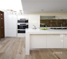 简单色彩搭配打造清新厨房空间