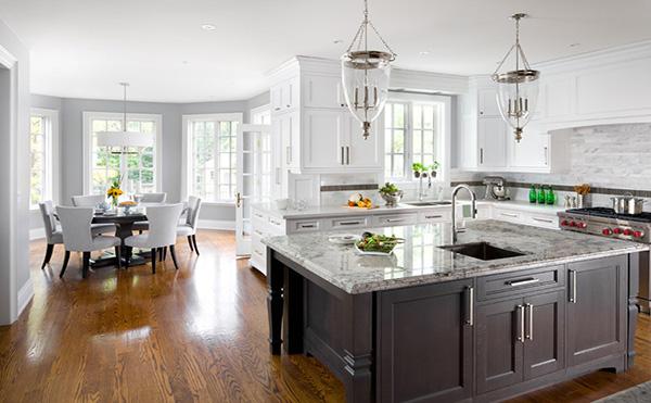 白色調來設計一體化廚房和餐廳的,白色的瓷磚,白色的墻,白色的餐桌
