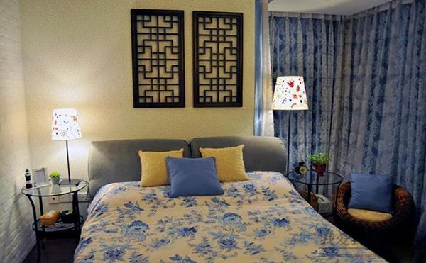 田园风格的卧室一直带给人独特的视觉感受。在色彩运用上,习惯选择色彩柔和高雅的浅色调。经典的小碎花散落在床品上及窗帘上,舒适而随意,再加上柔和的光线,时不时透出一丝秀雅清丽,搭配上床边的竹藤编织的座椅,和墙上中式木质雕刻门窗物品的修饰,中式田园风因此而跃入眼帘。 中式田园风书房:清新雅绿打造淡雅稳重之感