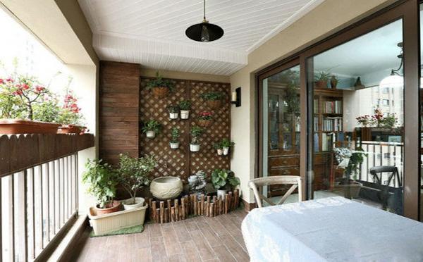 打造绿色阳台  用木板将墙面装饰为菱格装的