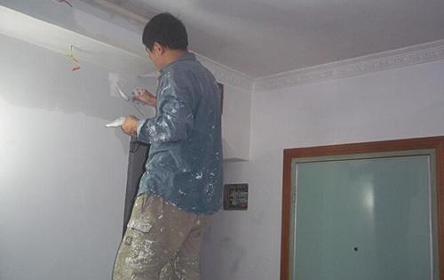 刷墙步骤四:批刮腻子