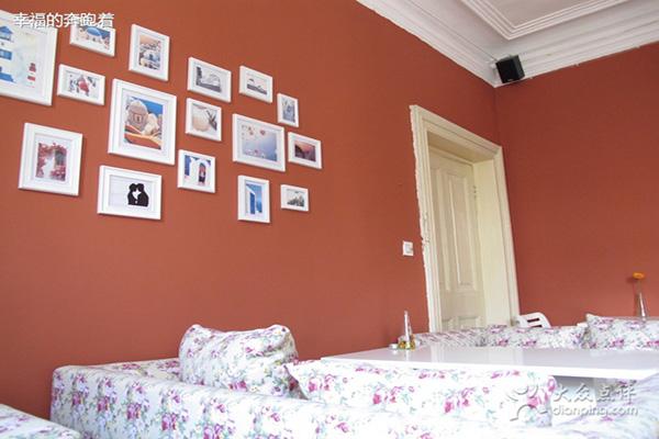 这种照片墙搭配手工制作的一些特别相框
