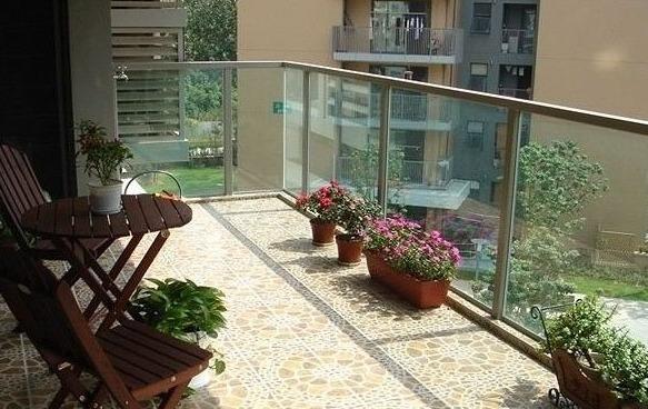如果业主的阳台是开放式的,且也不打算封装,那么在选择装修材料的