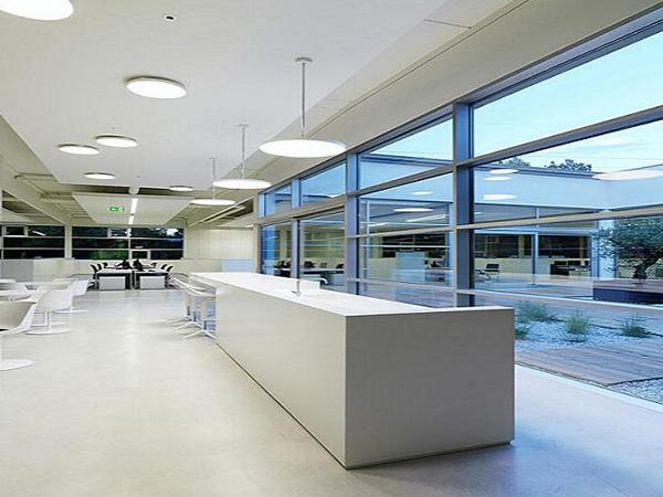 简约风格设计手法:线条利落简洁;办公家具通常线条简单直线,不带太多曲线,造型简单,富含设计或哲学意味,但不夸张。色彩多为单色;黑与白,极简主义的代表色,而灰色、银色米黄色等原色,无印花、无图腾的整片色彩则带来另一种低调的宁静感,沉稳、内敛。材质更多样化;现代工业的新材质,如铝、碳纤维、塑料、高密度玻璃等,为家具增添了各种可能性,如防水、耐刮、轻量、透光。强烈设计的功能;虽然线条与颜色简单,极简家具的功能可不简单,正所谓简约而不简单。 简约风格办公室装修设计效果图