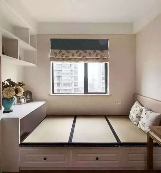 三、飘窗榻榻米装修设计 飘窗榻榻米设计非常的丰富,有些时候是设计在客厅临窗的位置,有些可以设计在卧室临窗的位置,可以打造成一个简易的休闲区,品茶、聊天、下棋、阅读都可以的多功能区,非常的方便实用。 以下是3款飘窗榻榻米装修效果图,一起来欣赏一下吧! 飘窗榻榻米装修效果图一: