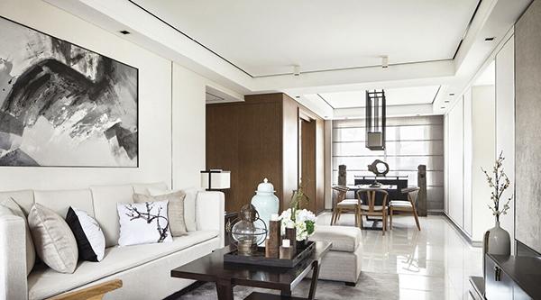 客厅背景墙是一副泼墨山水画,灰白的沙发,茶几纱淡蓝色的陶瓷和清新的图片