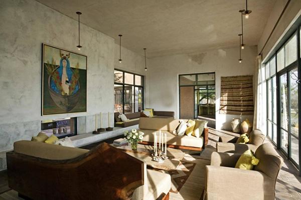 式家具,还留有水泥痕迹的白色墙面,特色的工业吊灯,现代艺术油