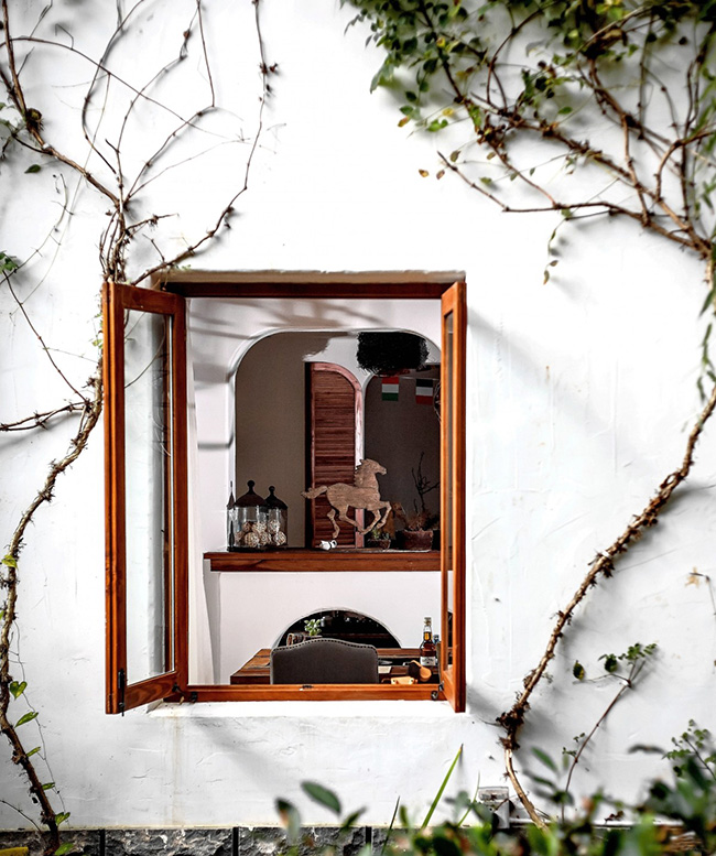 房子外围的环境也不错,都是一些自然的植物,透过窗户和玻璃能够感受到绿意盎然的环境和明亮的光线采光。而自然的爬藤给建筑多了几分生机,让你更能感受亲近自然的乐趣。感觉用来度假挺好的,能够让你暂时忘记社会的喧嚣吧。 老房子改造装修案例