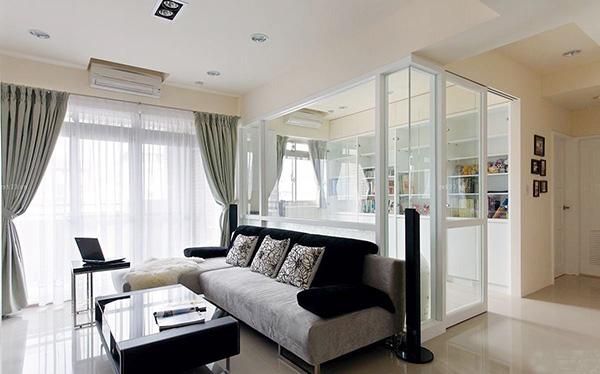 该客厅隔断采用玻璃与石膏做成的柜子做隔断装饰用.