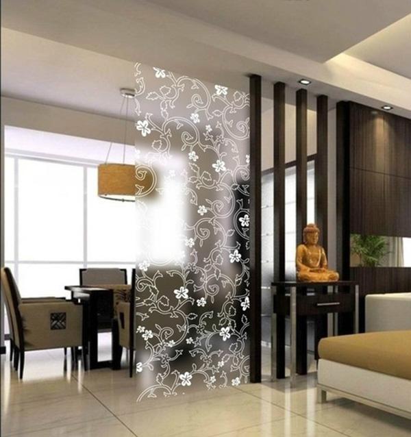 该客厅侧边墙面采用带有竹子图案的玻璃作为装饰