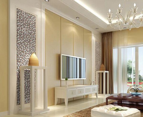 简约的客厅电视背景墙两边用马赛克做为装饰,给整个淡黄色调的电视背景墙增添一种色调,看起来非常时尚,简约而不简单。 客厅马赛克电视背景墙装修案例