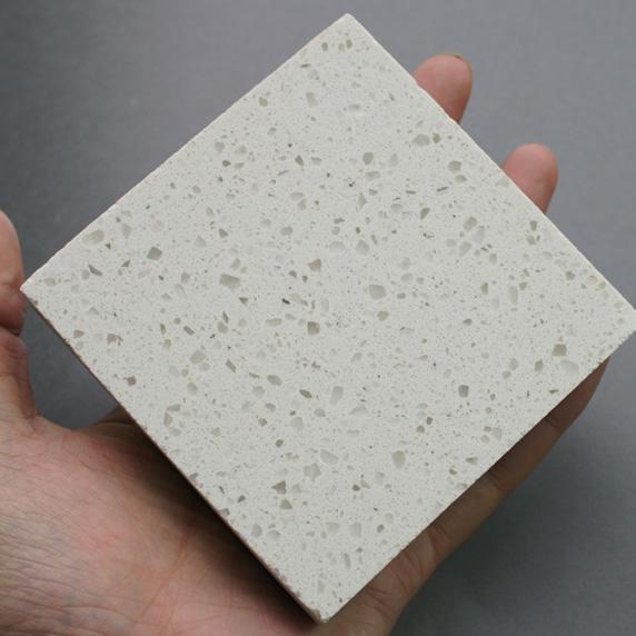 优点:没有辐射 、花色繁多 、相对天然有一定的柔韧度 、理石与理石的连接处不明显 、整体感强! 缺点:化学合成物质 部分对人体有害、硬度小、 怕划 、怕烫、 怕着色。 如何辨别人造大理石与天然大理石 鉴别人造和天然大理石还有更简单的方法:滴上几滴稀盐酸,天然大理石剧烈起泡,人造大理石则起泡弱甚至不起泡。 劣质人造大理石的危害 目前在市场中,有相称局部人造石板含有超量的苯,甲醛,铅,有机酸等有害物质,这类板材有一个共同特性就是有刺鼻的化学异味(特别是在加工过程中异味更大),颜色呈不天然的化学彩色,这种含有