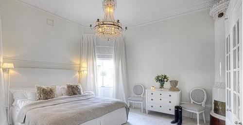 卧室空间颜色搭配中,使用鹅黄色搭配紫蓝色或嫩绿色