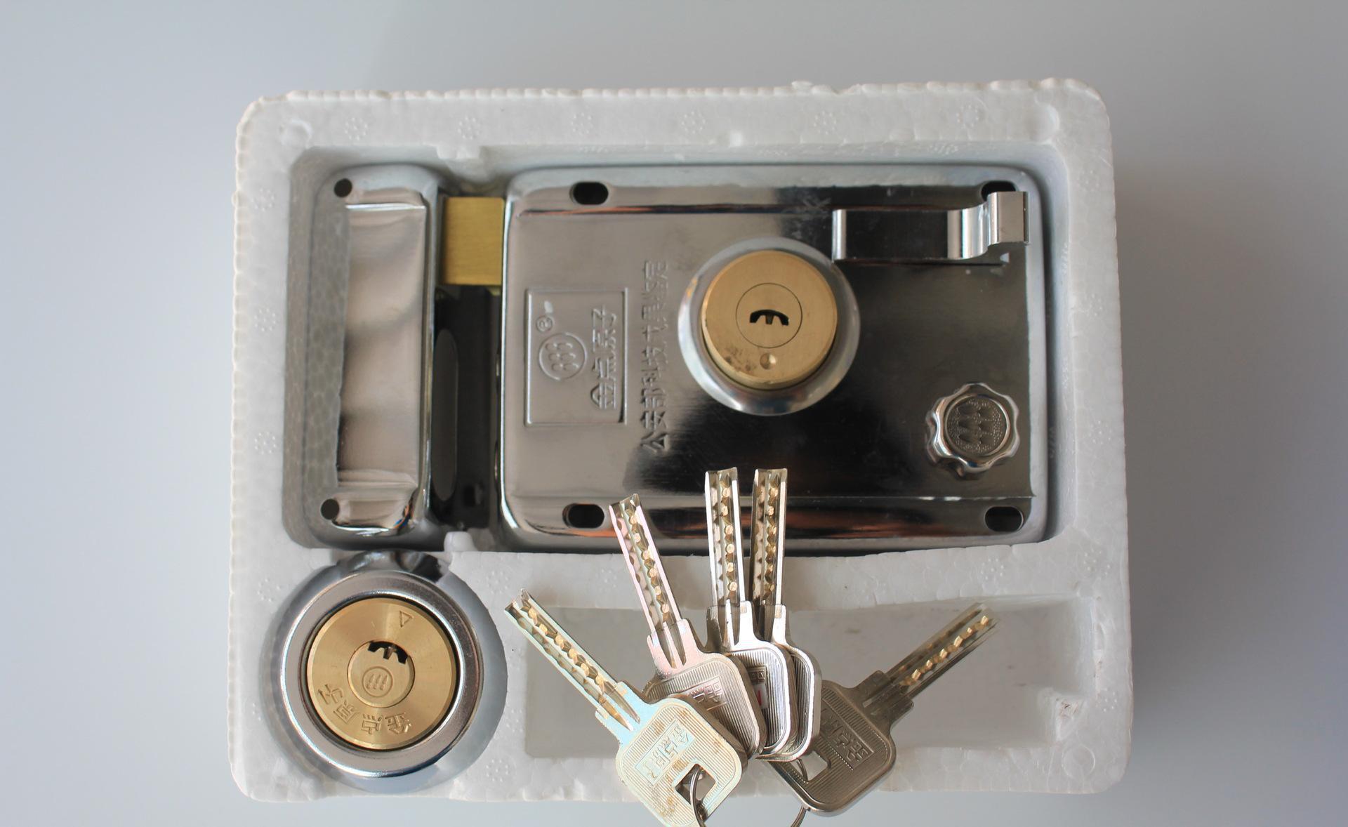 防火门锁的安装步骤   其实安装防火门锁的步骤一点都不难,很容易操作,接下来沈阳装修报价小编就和大家讲一下防火门锁的安装步骤吧。   第一步、用直尺量一下洞口的距离是否和防火门锁的安装规格要求一致(一般情况下,防火门锁里面的说明书都会带有防火门锁的安装规格)。   第二步、需要在门框上把连接铁固定好,接着再把岩棉等塞到锁孔、闭门器控等位置,然后在门框内装入一些混凝土。当混凝土完全固定以后,接着需要把防火框放置在洞口(注意放置的方向)。   第三步、以上两个步骤已经初步把门框固定好了,所以接下来就需要用