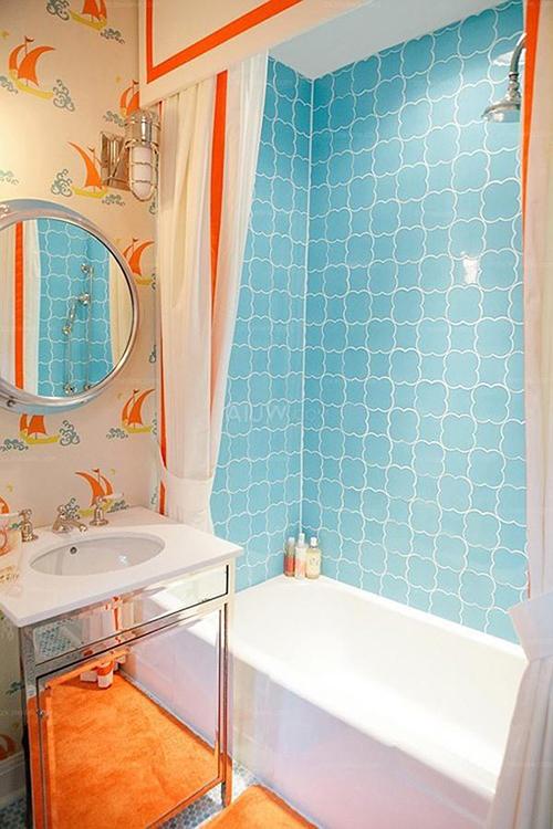 在以下小浴室装修效果图中采用防水的浴帘作为隔断,浴缸占用了1平米的