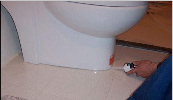 安装马桶打一圈硅胶胶水主要有两个目的