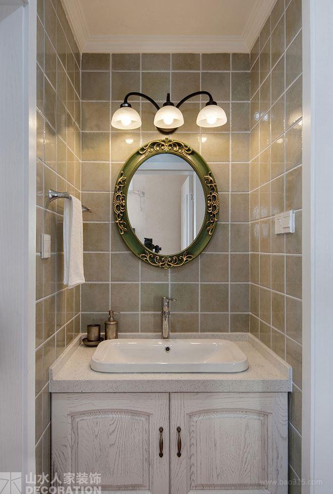 卫生间中使用的是仿古的洁具,镜子的造型,像童话故事中的造型,梦幻又