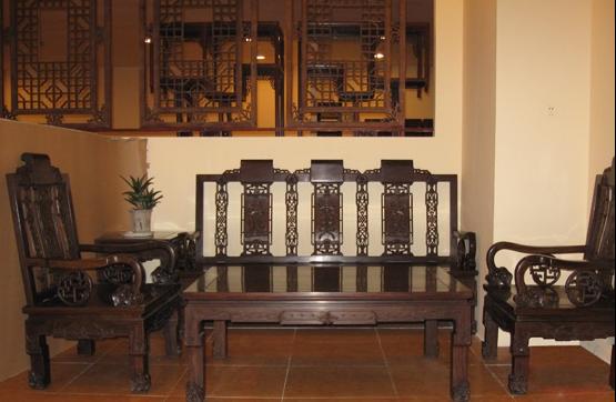 黑檀木家具的木材,在边材和心材上有很明显的