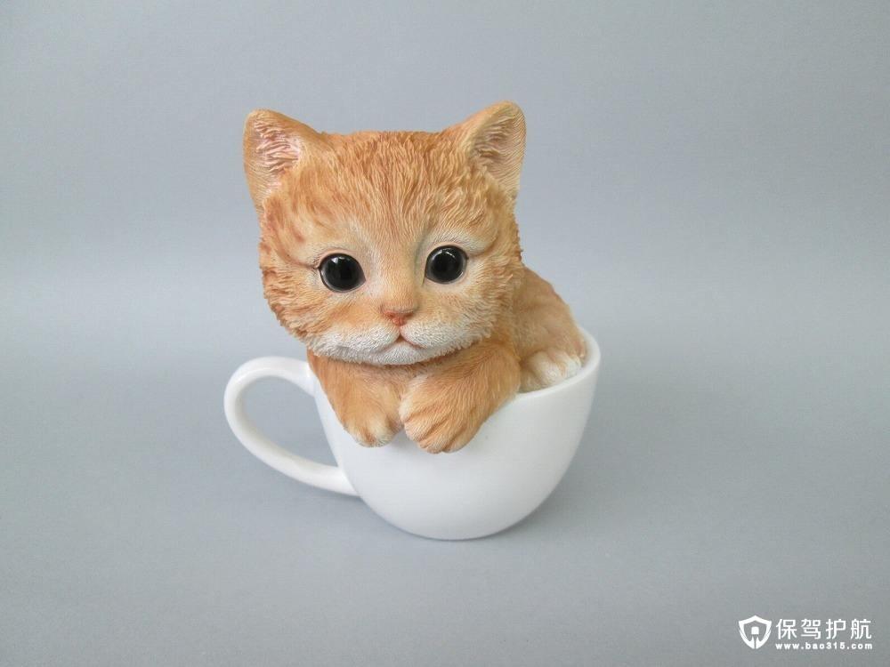 茶杯猫也称迷你猫,就是像茶杯一样大小的猫咪,甚至能装入茶杯还绰绰有余。茶杯猫是为了满足人们对微型猫咪的需求而培育的,它的体型通常只有普通猫咪的1/3至1/2大小,这种猫咪的寿命比较短,可能是由于培育过程中尚未解决的基因缺陷问题,因此这种超小型猫咪在国际上并未得到承认。   茶杯猫并不是个名贵的品种,而且,茶杯猫的存在也并没有被专业机构认可,所以,茶杯猫只不过是种遗传缺陷导致体型长不大的猫咪,被人们挖掘出来当做茶杯猫来售卖。而国内所说的茶杯猫,很大部分部是卖猫人的噱头,用幼体的猫咪充当茶杯猫,宣传说茶