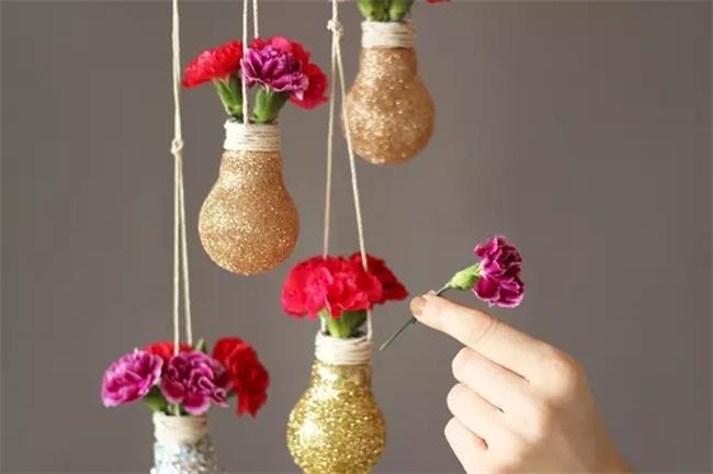 旧灯泡插鲜花