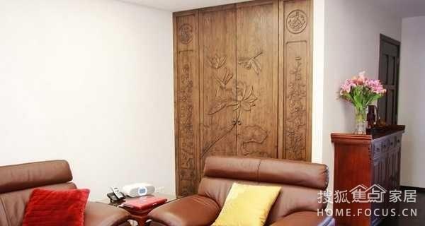 沙发后面藏着个隐藏式的衣柜,柜门设计成了荷花图,貌似这样连画都可以图片