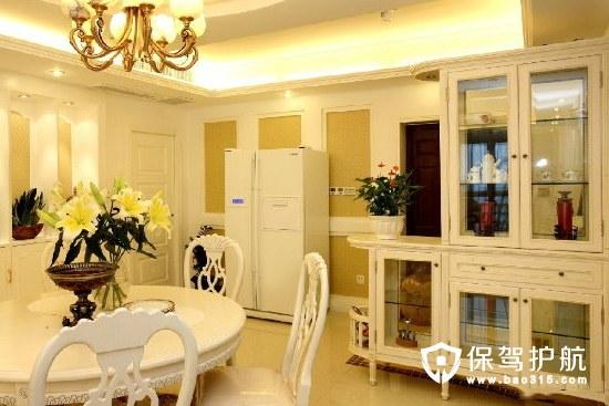 而简约的欧式酒柜不仅充当了餐厅与其他空间的隔断,还让整个空间显得