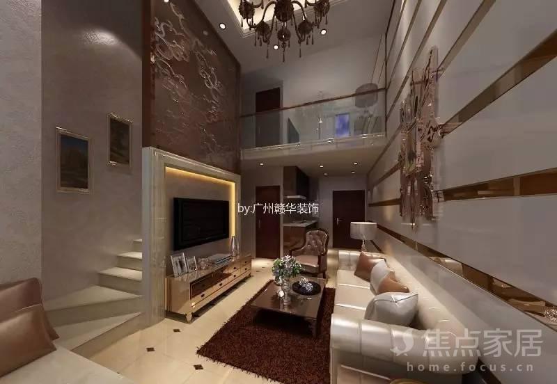 混搭复式客厅装修中,电视背景墙是多宝格柜子设计,连着楼梯图片