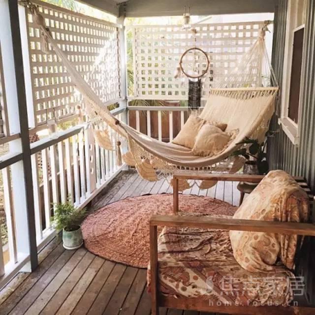 把沙发搬到阳台上,太惬意了!夏天就要这么凉快!