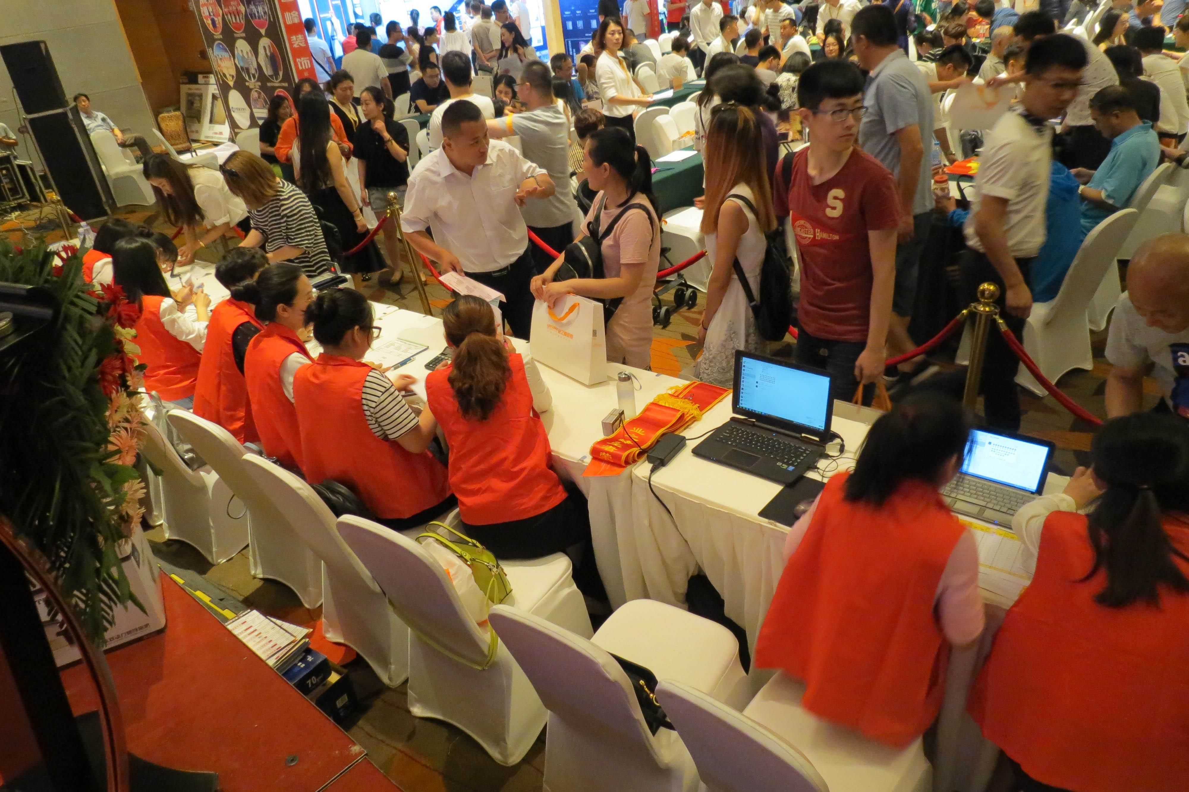 618活动总经理签售也排起了长队