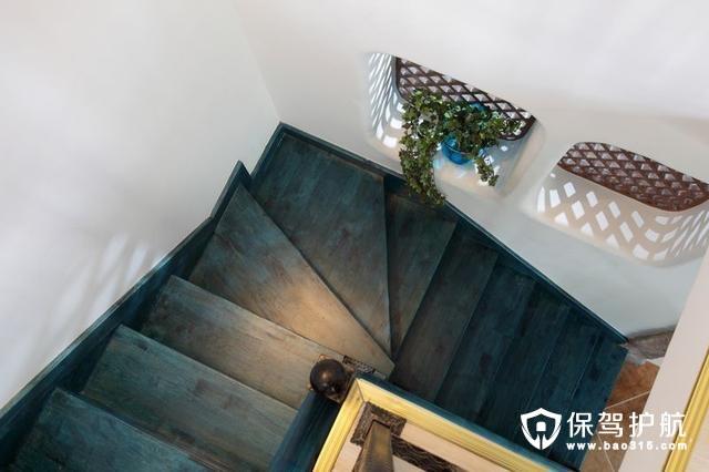 深孔雀蓝楼梯