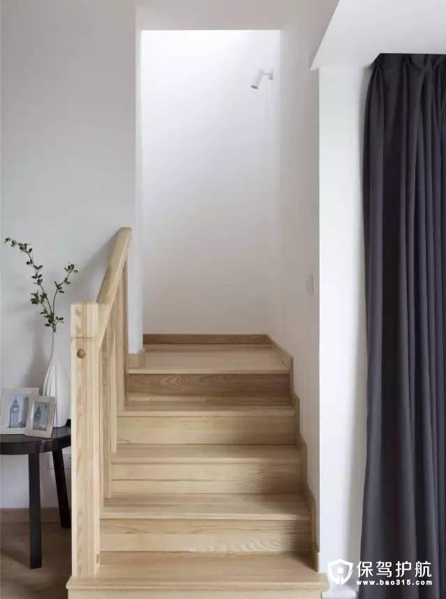 原木色楼梯与扶手