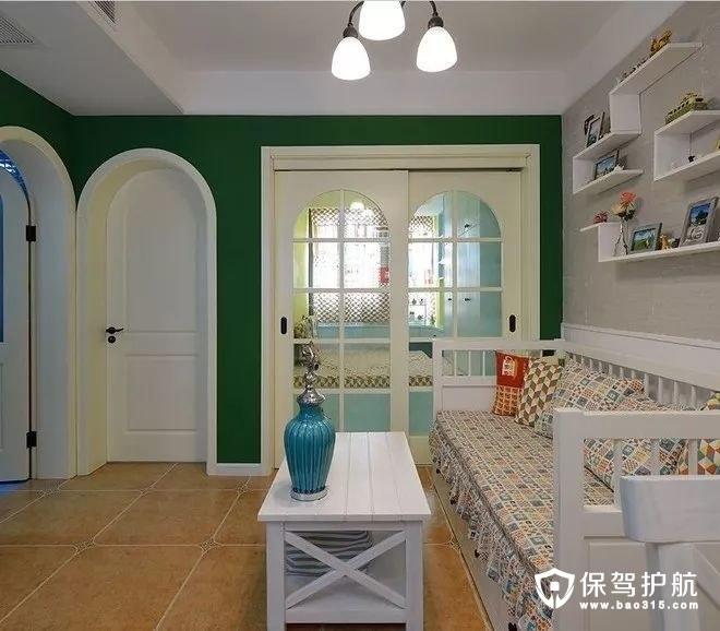 美式风格客厅沙发另一侧是休闲室,以玻璃作为推拉门