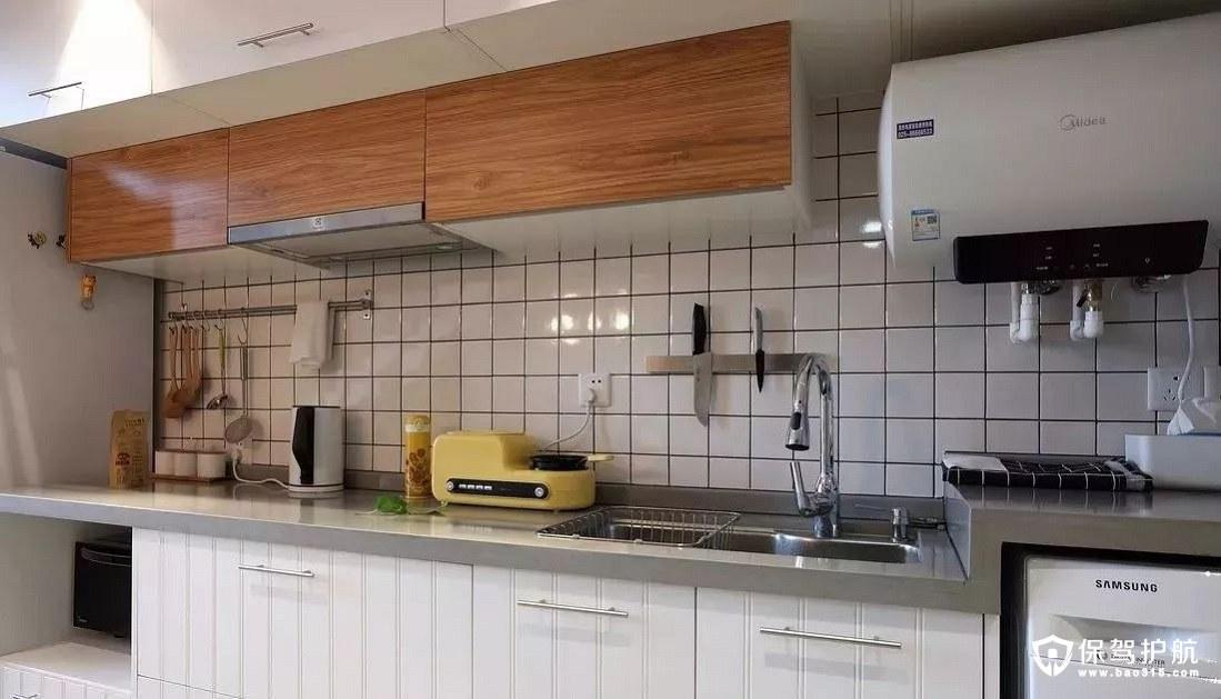 明亮而整洁北欧风格橱柜洗衣机、冰箱