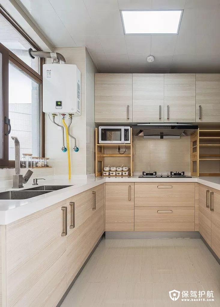 清爽整洁自然气息厨房浅色木纹橱柜、白色的台面