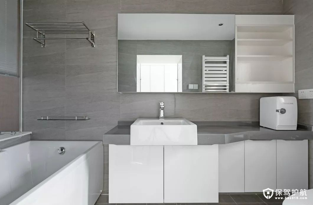 米灰色的纹路瓷砖铺砌的背景搭配白色的收纳柜