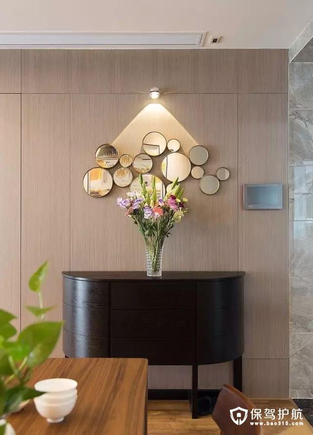 精致黑橡木哑光漆端景柜配合花束,美成一道亮丽的景致