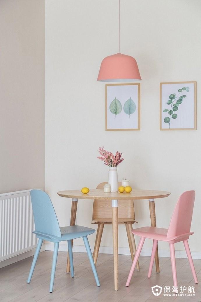 简约风格餐厅粉色吊顶灯,原木色、浅蓝色、浅粉色的三色桌椅