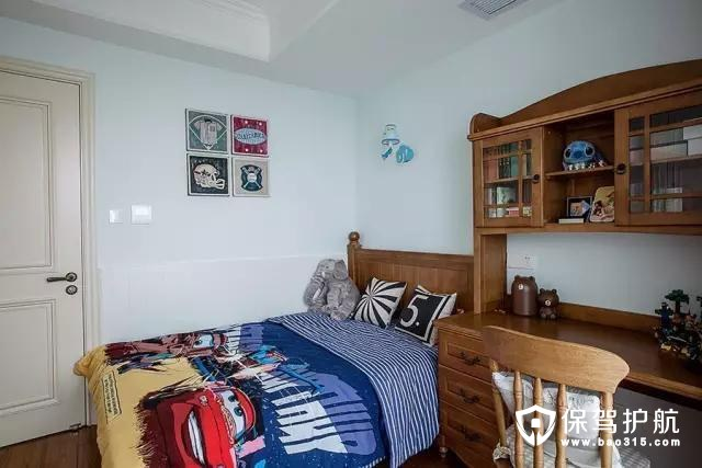儿童房,搭配浓浓的美式家具,还有被子等,这样的房间适合一直长大的小孩,没有界定的年龄,也是一种省钱的做法;