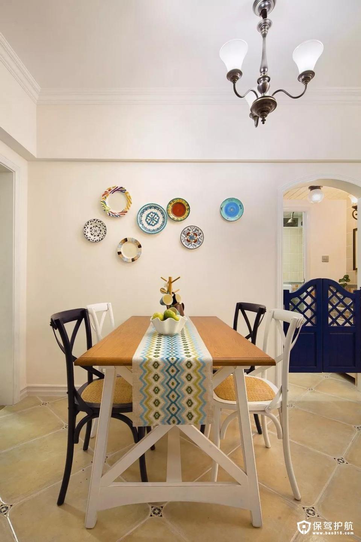 五彩装饰盘碟的运用十分巧妙,既突出了餐厅的空间又让人仿佛置身于艺术中;而五彩的条纹餐桌布展现乡村风格的迷情。
