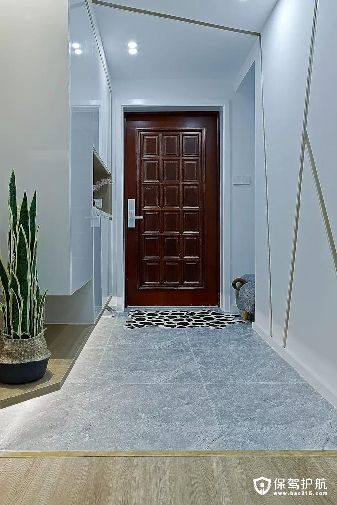 玄关是家居的第一道屏障,既能阻挡室外复杂环境又能保护室内隐私。白色的玄关天花,颜色简单,让累了一天的主人一回到家就感受到轻松的氛围。